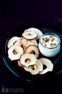 1apple-chips-with-yogurt-dip